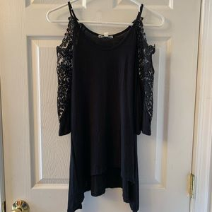 Tops - Beautiful cold shoulder top!